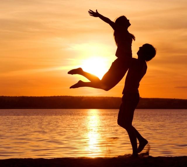 love-man-woman-silhouette-sun-sunset-sea-lake-beach-854x960